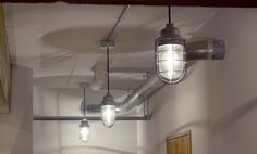 <p>インダストリーな照明は船舶用室内灯。非・住宅用のアイテムでインテリアを遊んでみるのもいいですね。</p>