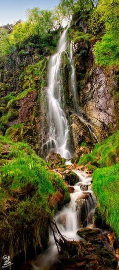Tabayon de Mongallu, Asturias, Spain Beautiful World, Beautiful Places, Asturias Spain, Mountain Waterfall, Beautiful Waterfalls, Spain And Portugal, Belleza Natural, Spain Travel, Natural Wonders