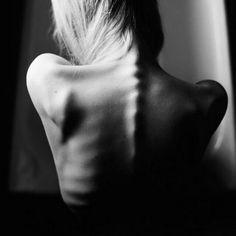 """""""Dopo un po' impari la sottile differenza tra tenere una mano e incatenare un'anima. E impari che l'amore non è appoggiarsi a qualcuno e la compagnia non è sicurezza. E inizi a imparare che i baci non sono contratti e i doni non sono promesse. E incominci ad accettare le tue sconfitte a testa alta e con gli occhi aperti con la grazia di un adulto non con il dolore di un bimbo. Ed impari a costruire tutte le strade oggi perché il terreno di domani è troppo incerto per fare piani.  Dopo un po'…"""