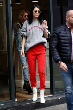 Moletom cinza, calça de alfaiataria vermelha, ankle boot branca