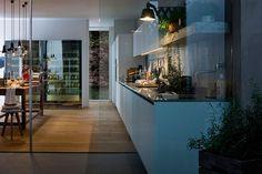 Cucina modello Gamma by #ARCLINEA. Gamma con anta a listelli verticali laccata bianca, piano in Quarzo Tech Titan. Secondo piano: colonne cantina vini.