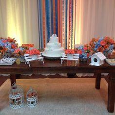 Mesa de bolo: azul e laranja