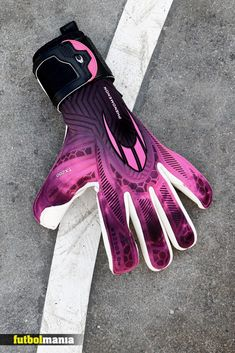 NUEVA COLECCIÓN DE GUANTES DE PORTERO DE FÚTBOL 2021 DE HO SOCCER #futbolmania #futbolmania #neverbeaten #keepergloves #soccer #football #newcollection #soccertrends #hosoccergloves #gkgloves #hosoccercollection #2021collection #highqualitygloves Adidas, Football Soccer, Nike, Under Armour, Gloves, Leather, Fo Porter, T Shirts, Roses