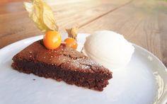 Platz Nr. 1 geht an diesen Schokokuchen --> schokoladig, saftig, einfach, schnell und gelingt immer! Das perfekt Dessert heute auf dem Blog! #schokokuchen #schokolade #eis #sauerrahmeis #selbstgemachteseis #blondieundbrownie #foodporn #foodblog #dessert #kuchen #kuchenohnemehl