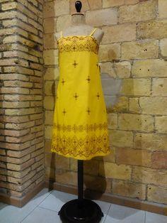 Vestido amarillo con bordados de corte imperio
