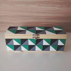 ▶Projeto diy da semana: caixa de vinho pintada com tinta acrílica da @tintascorfix 🎨◀ #design1982 #designdeinteriores #decoracao #instadecor #diy #geometric #arte #acrilic #corfix #floripa