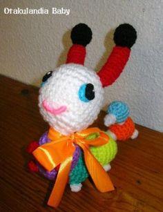 Sonajero Gusanito Gus-Gus creado y realizado a mano en crochet, será el muñeco favorito de tu bebé! ... un regalo inolvidable, original y absolutamente encantador para que lo disfrute durante mucho, mucho tiempo. Sólo lo encontrarás en Otakulandia!  ¡Elige tus colores favoritos y si quieres, podemos personalizarlo con la inicial del peque! es opcional y gratuíto.