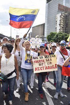 Venezuela le donne in piazza: commozione ai funerali del 18enne ucciso, direttore d'orchestra Dudamel attacca il Presidente Maduro