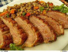 Kachní prsa omyjeme a osušíme. Kůži nařízneme do mřížky. Osolíme, mírně posypeme kmínem, osolíme a potřeme česnekem smíchaným s olejem. Necháme... Meatloaf, Beef, Food And Drink, Chicken, Recipes, Meat, Rezepte, Recipies, Cooking Recipes