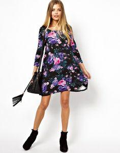 Imagen 4 de Vestido babydoll con estampado floral oscuro de Vero Moda