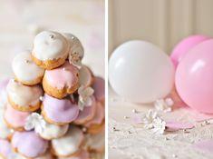 Une pièce montée en choux décorés de glaçage pastel et perles