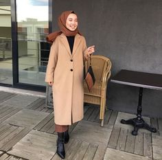 Pinterest: @adarkurdish - #adarkurdish #fashioncombin #Pinterest New Fashion Clothes, Winter Fashion Outfits, Modest Fashion, Casual Hijab Outfit, Hijab Chic, Islamic Fashion, Muslim Fashion, Modest Dresses, Modest Outfits