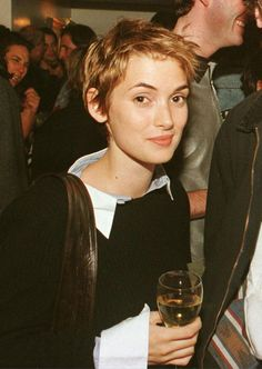 WINONA FOREVER Just a few of the myriad reasons we are madly in love with Winona Ryder. Trending Hairstyles, Pixie Hairstyles, Short Hairstyles For Women, Cool Hairstyles, Hairstyles 2018, Haircuts, Winona Ryder 90s, Winona Ryder Style, Estilo Gamine