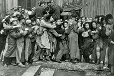 1949年 的 上 海, 人 們 在 銀 行 排 隊 提 款。
