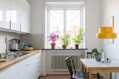 Vad kan gå fel med en gul bumling? ⭐️ Vi gillar i övrigt det mesta i detta kök också på Sölvesborgsgatan | Link in bio |