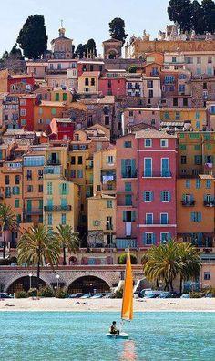 Menton es una población francesa situada en el departamento de Alpes Marítimos, en la región de Provenza-Alpes-Costa Azul. Está situada casi en la frontera italiana, a medio camino entre la ciudad italiana de Ventimiglia y el principado de Mónaco.