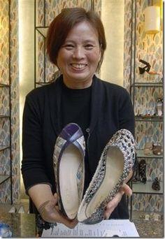 Colin Lin, uma designer de calçados de Taiwan, já vendeu mais de 4 mil pares de sapatos confeccionados a partir da tramas de jornal reciclados, são forrados com algodão, tem um solado de borracha, e resistente à tempos umidos: o jornal, depois de trançado, recebe um banho de plástico, que além de dar um brilho leve e melhor acabamento, protege e garante uma vida longa ao par de sapatos.