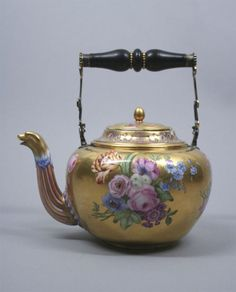 """Sèvres teapot, ca. 1779 (Louis XVI), painter - (""""PP"""") Parpette"""