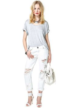 Seriously ah-mazing off white boyfriend jeans featuring shredded detailing and a zip/button closure at front.