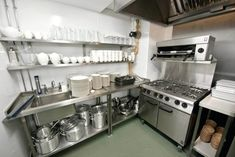 Check out 21 Small Restaurant Kitchen Design Ideas For Kitchen. The Architecture Designs, browse all small restaurant design to make the kitchen look great. Commercial Kitchen Design, Commercial Kitchen Equipment, Commercial Cooking, Design Café, Layout Design, Design Ideas, Design Guidelines, Design Inspiration, Small Restaurant Design