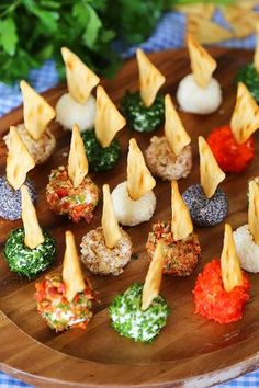 Mini Queso Cheese Balls – The BEST quick and easy appetizer! Roll i… Mini Queso Cheese Balls – The BEST quick and easy appetizer! Roll in chives, bacon, jalapeno, cranberries, nuts or veggies + top with pita chips! Quick And Easy Appetizers, Appetizers For Party, Appetizer Recipes, Make Ahead Appetizers, Cheese Appetizers, One Bite Appetizers, Canapes Recipes, Snack Recipes, Seafood Appetizers