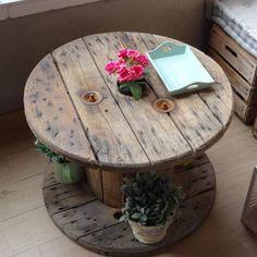 Comprar mesa hecha con bobina de cable antigua recuperada y restaurada. Estilo retro vintage. Pareja perfecta con los puff bimba con cajas de fruta de madera.