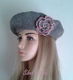 Béret gris agrémenté d'une fleur rose clair  sur le par SibelStyle