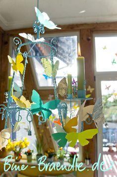 Hallo ihr Lieben,  meine Wohnung habe ich ganz fröhlich und bunt mit luftigen Papierschmetterlingen dekoriert - sogar am Fenster flattern...