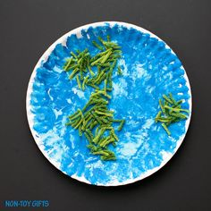 Yarn and paper plate Earth craft for kids. Easy enough for toddlers and preschoolers. Earth Day craft for kids. | at Non-Toy Gifts