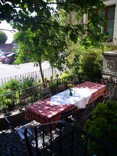 Im gemütlichen Restaurant und im Sommer in unserem Schrannengarten bietet die gutbürgerliche Küche bayerische und fränkische Spezialitäten aus eigener Herstellung. Unser Fleisch beziehen wir von Bauern der umliegenden Bauernhöfe und unser Rehfleisch stammt aus heimischer Jagd. Je nach Jahreszeit bieten wir Spargel, Pfifferlinge und andere saisonale Gerichte an. Im Einkauf achten wir auf die Verwendung regionaler Produkte. Restaurant, Outdoor Furniture Sets, Outdoor Decor, Bavaria, Home Decor, Farmers, Summer Time, Asparagus, Old Town