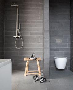 stoere grijze badkamer | grey industrial bathroom | Bron: vtwonen.nl