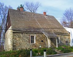 Jean Hasbrouck House. New Paltz, NY. 1721. (Colonial Houses\Dutch Colonial style\Rural Tradition - Unflared Eaves variant)