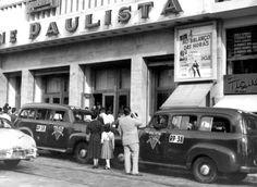"""Antônio Lúciio/Estadão - Carros de polícia na porta doCine Paulista, na rua Augusta,na estreia do""""Ao Balanço das Horas""""em 1956"""