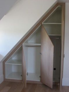Build in closet for attic - kast voor een schuine wand Closet Under Stairs, Under Stairs Cupboard, Attic Closet, Build A Closet, Room Closet, Eaves Storage, Loft Storage, Understairs Storage Ideas, Loft Room