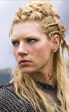 I think I found my Christmas party hair do o Lagertha Lothbrok, Vikings Lagertha, Viking Warrior, Wasteland Warrior, Katheryn Winnick Vikings, Viking Aesthetic, Viking Wallpaper, Christmas Party Hairstyles, King Ragnar