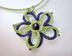 Doppia chiacchierino di verde Ciondolo fiore viola di yarnplayer, $10.00