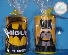 Cofrinho personalizado Batman modelo Cute (Infantil)    Cofrinho de papelão rígido com tampas plásticas    *Acompanha Embalagem    10 cm Alt  6 cm Diametro    ** FAZEMOS OUTROS PERSONAGENS **