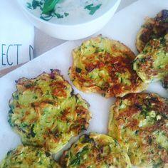 Placuszki z cukinii z sosem jogurtowo-ziołowym. Po przepis wpadajcie na blog :) Quiche, Cauliflower, Vegetables, Breakfast, Blog, Morning Coffee, Cauliflowers, Quiches, Vegetable Recipes