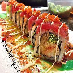 I want this right now! Sushi Take Out, Sushi Love, Japanese Food Sushi, Japanese Desserts, Fried Sushi, Sushi Sauce, Sushi Party, Fire Food, Homemade Sushi