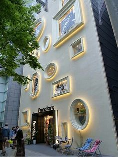 love the windows, reminds me of mirrors, very unique Design Exterior, Facade Design, Interior And Exterior, Building Exterior, Building Facade, Building Design, Facade Lighting, Exterior Lighting, Shop Front Design