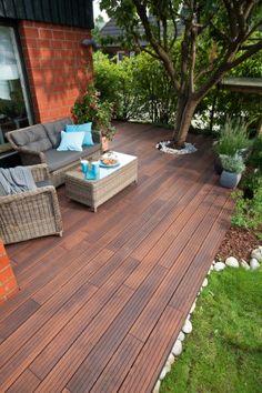 Idealnie położony, drewniany taras w ogrodzie