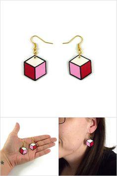 Boucles d'oreille hexagones blancs, roses bonbon, roses fuchsia et noirs - Bijoux fantaisie réalisés sur commande par @savousepate à partir de plastique recyclé (CD) - Idée cadeau femme