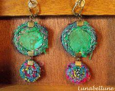 Boucles d'oreille textiles dormeuses rondes réversibles en cuir, soie et tissus variés dans les tons verts. Made by Lunabellune