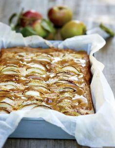 Æblekage med karamelsauce. Her er virkelig tale om en æblekage, hvor det syrlige og det søde går op i en højere enhed. (Recipe in Danish)