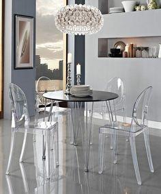chaise transparente, la chaise ghost de philippe starck, table noire ronde et suspension ronde originale