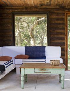 il cestino crea equilibrio rispetto ai cuscini di sinistra anche dal punto di vista del colore