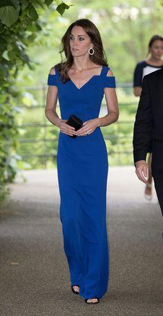 Kate Middleton, en el 40th aniversario de SportsAid, con un vestido azulón de Roland Mouret.