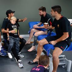 PSG forward Neymar visited his former Barcelona mates - Messi and Suarez at the weekend. Lionel Messi, Messi 10, Neymar Jr, Barcelona Spain, God Of Football, Neymar Football, Football Quotes, Cr7 Junior, Vintage Posters