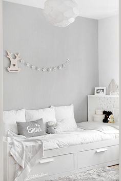 Littlefew Blog // How we have transformed our BABYROOM TO A GIRL´S ROO. Nordic inspiration, Decoración, Diy, Blanco y Gris, Play room, Ikea, Storage for kids, Brinnes bed, White and grey, Cuarto de niña neutro, Decoración nórdica, Alfombra gris, Grey carpet, Walls, composición pared, Home details, Bedroom, Kids, Nursery decor, Scandinavian nursery, House bed, Polka dot wall, Wall decals, Black and white kid room, Black and white nursery, Toddler room, Paper bag.