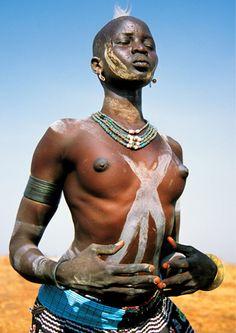 Los Dinka son una etnia nilótica de Sudán del Sur. Viven desde el siglo X a ambos costados del río Nilo y hablan una lengua perteneciente al grupo nilo-sahariano. Son unos tres millones y están divididos en unos 21 grupos, cada uno con su propio líder legítimo. Carol Beckwith y Angela Fisher